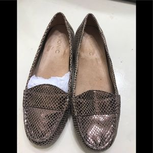 New women Vionic loafers size 6